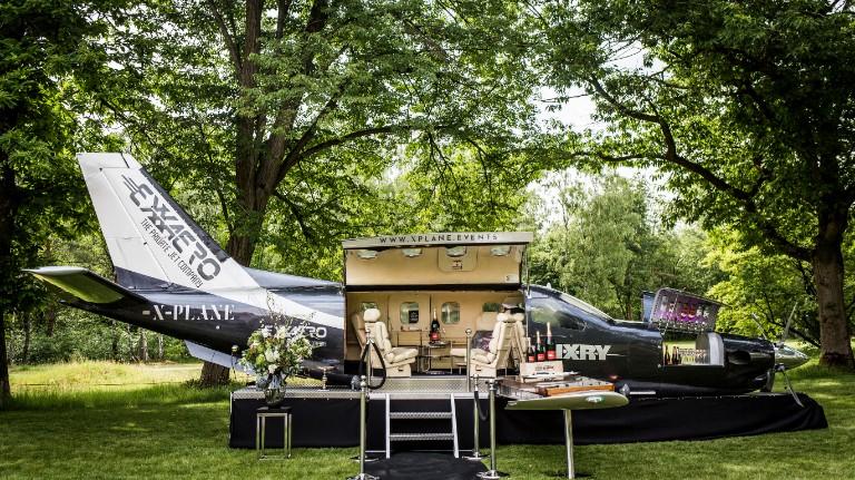 Vliegtuig als Champagne Bar & DJ Booth