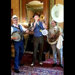 Dixieland band (walking orchestra)