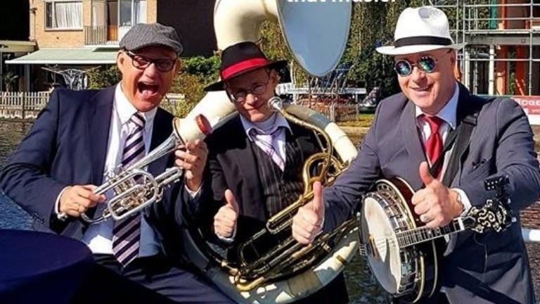 Festive music! Dixieland trio