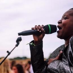Singer (female) Goes  (NL) Singer Patricia Foort excl. equipment