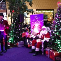 De echte kerstman met compleet decor.