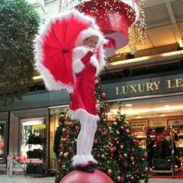 Acrobaat Amsterdam  (NL) Kerstvrouw op bal