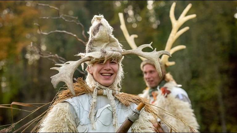 Kerst-act met steltlopers in wit