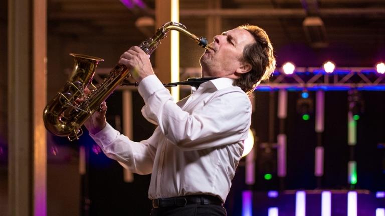 Saxofonist Overloon  (NL) Saxofonist Jan van Oort met DJ