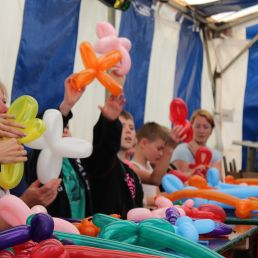 Workshop balloon folding at 1.5 meters