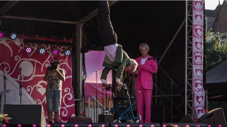 Rollator acrobatiek act meneer Altema
